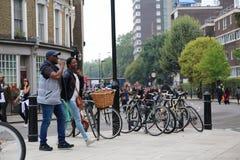 Rząd parkujący kolorowi rowery na ulicie zdjęcia royalty free