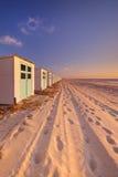 Rząd plażowe budy przy zmierzchem, Texel wyspa holandie obraz royalty free