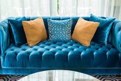 Rząd poduszki na kanapie w żywym pokoju zdjęcie stock