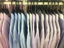Rząd pracujący koszulowy wiszący ordynans na płótno sklepie zdjęcie royalty free