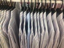 Rząd pracujący koszulowy wiszący ordynans na płótno sklepie fotografia royalty free