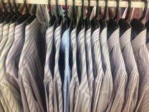 Rząd pracujący koszulowy wiszący ordynans na płótno sklepie obraz royalty free
