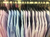 Rząd pracujący koszulowy wiszący ordynans na płótno sklepie obrazy stock