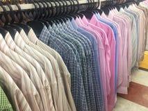Rząd pracujący koszulowy wiszący ordynans na płótno sklepie zdjęcie stock