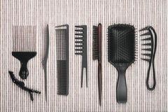 Rząd różni hairbrushes, bobby szpilki i włosów kije, Fotografia Stock
