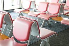 Rząd różowy rzemienny krzesło przy lotniskiem Zdjęcie Royalty Free
