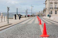 Rząd ruchu drogowego rożek w drodze Obrazy Royalty Free
