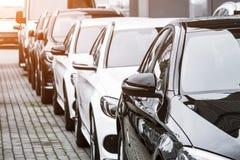 Rząd samochody, frontowy widok na tylni widoku lustrach obrazy stock