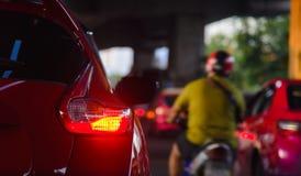 Rząd samochody na złym ruchu drogowym - ruchów drogowych dżemy w Bangkok mieście fotografia stock