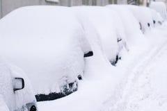 Rząd samochody zakrywający w śniegu w parking zdjęcia stock