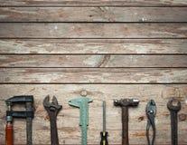 Rząd starzy narzędzia w drewnianym stole obraz stock
