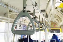 Rząd szarości rękojeść na suficie dla Trwanie pasażera na autobusie Selekcyjna ostrość ręka chwyta patka na jawnym autobusie obrazy stock