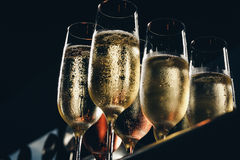 Rząd szkła wypełniający z szampanem wykłada w górę gotowego słuzyć Zdjęcie Stock