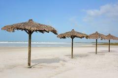 Rząd trawy plaży Cabanas oceanem Zdjęcia Royalty Free