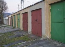 Rząd wietrzejący koloru metalu garażu bloku starzy drzwi, diagonalny widok fotografia royalty free