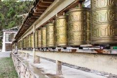 Rząd złoci dzwony w buddyjskiej świątyni Zdjęcie Stock