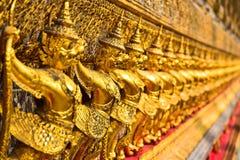 Rząd Złote Garuda statuy w Wacie Phra Kaew Obraz Royalty Free