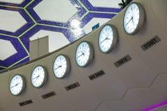 Rząd zegary w lotnisku z różnorodność czasami pokazywać dla ważnych miast, Obraz Stock