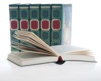 Rząd zieleni książki, jeden książka otwarta w przodzie Obrazy Royalty Free