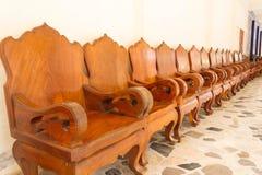 Rzędu drewniany krzesło na podłoga Obraz Stock