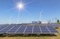 Rzędu szyk polycrystalline panel słoneczny, silikonowi silniki wiatrowi wytwarza elektryczność w hybrydowej elektrowni i zdjęcie royalty free