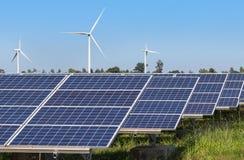 Rzędu szyk polycrystalline panel słoneczny, silikonowi silniki wiatrowi wytwarza elektryczność w hybrydowej elektrownia systemów  zdjęcie stock