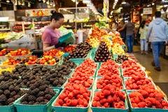 Rzędy Świeże owoc przy Granville wyspy rynkiem Zdjęcie Stock
