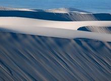 Rzędy Błękitni i biały piaska duneson zachodnie wybrzeże afryka poludniowa z Atlantyckim oceanem w tle Zdjęcie Stock