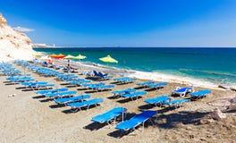Rzędy błękitni sunbeds na Kalymnos plaży Zdjęcie Stock