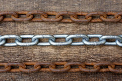 rzędy biały i ośniedziały żelazo łańcuch na drewnianym tekstury tle Zdjęcie Stock