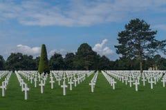 Rzędy biali krzyże przy Normandy cmentarzem Amerykańskim pomnikiem i, colleville-sur-mer, Normandy, Francja zdjęcie royalty free