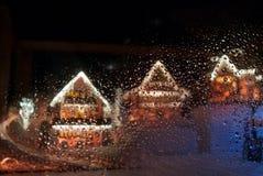 Rzędy Bożenarodzeniowy imbirowy chleba dom behind dews szkło obrazy stock