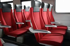 Rzędy czerwoni siedzenia w pociągu Obrazy Royalty Free