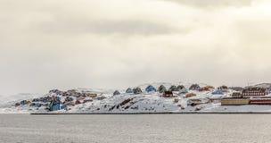 Rzędy Inuit domy w kolorowej Aasiaat miasta panoramie, północ Gr Obraz Stock