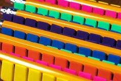 Rzędy jaskrawy barwić ołówkowe gumki wykładali up w OCD rozkazie Obrazy Royalty Free