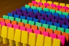 Rzędy jaskrawy barwić ołówkowe gumki wykładali up w OCD rozkazie Obraz Royalty Free