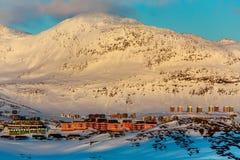 Rzędy kolorowi Inuit domy z Małą Malene górą w Zdjęcia Royalty Free