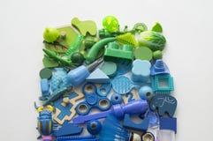 Rzędy kolorowi tęczy zabawki niedźwiedzie Bardzo wiele dzieciak zabawek tęczy kolor Dzieciak zabawek rama na białym tle Odgórny w Zdjęcie Royalty Free
