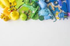 Rzędy kolorowi tęczy zabawki niedźwiedzie Bardzo wiele dzieciak zabawek tęczy kolor Dzieciak zabawek rama na białym tle Odgórny w Obraz Royalty Free
