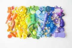 Rzędy kolorowi tęczy zabawki niedźwiedzie Bardzo wiele dzieciak zabawek tęczy kolor Dzieciak zabawek rama na białym tle Odgórny w Zdjęcia Royalty Free
