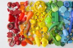 Rzędy kolorowi tęczy zabawki niedźwiedzie Bardzo wiele dzieciak zabawek tęczy kolor Dzieciak zabawek rama na białym tle Odgórny w Obrazy Stock