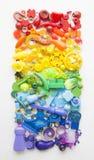 Rzędy kolorowi tęczy zabawki niedźwiedzie Bardzo wiele dzieciak zabawek tęczy kolor Dzieciak zabawek rama na białym tle Odgórny w Fotografia Stock