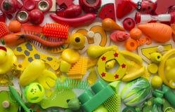 Rzędy kolorowi tęczy zabawki niedźwiedzie Bardzo wiele dzieciak zabawek tęczy kolor Dzieciak zabawek rama na białym tle Odgórny w Obrazy Royalty Free