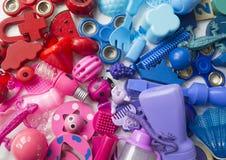 Rzędy kolorowi tęczy zabawki niedźwiedzie Bardzo wiele dzieciak zabawek tęczy kolor Dzieciak zabawek rama na białym tle Odgórny w Zdjęcie Stock