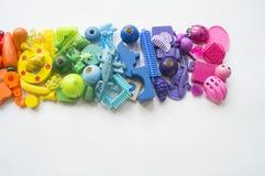 Rzędy kolorowi tęczy zabawki niedźwiedzie Bardzo wiele dzieciak zabawek tęczy kolor Dzieciak zabawek rama na białym tle Odgórny w Obraz Stock