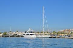 Rzędy luksusowi jachty przy marina dokiem Obraz Stock