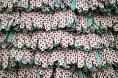 Rzędy prac tekstylne rękawiczki z gumowymi kropkami Vitrine w narzędzie sklepie Zdjęcie Stock