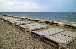 Rzędy puści deckchairs na pustym otoczaku wyrzucać na brzeg Obraz Royalty Free