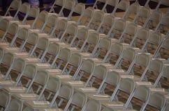 Rzędy Puści falcowanie metalu krzesła obraz stock