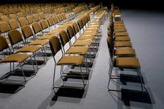 Rzędy puści krzesła przygotowywali dla salowego wydarzenia Zdjęcie Royalty Free